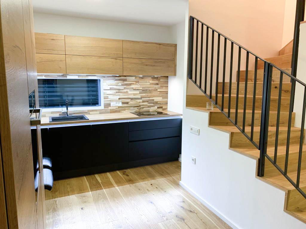 Lesena stenska obloga malt iz teakovega lesa v kuhinji